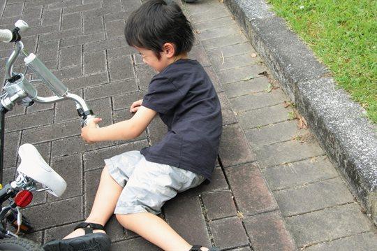 自転車で転ぶ子ども
