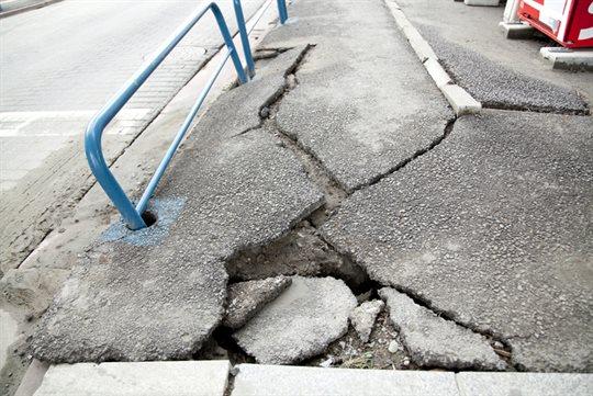 道路の地割れ